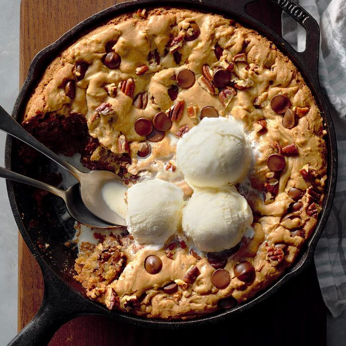 Chocolate Pecan Skillet Cookie Exps Cimz17 213117 B09 16 4b 4