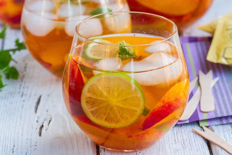Iced sencha tea with peaches and lime