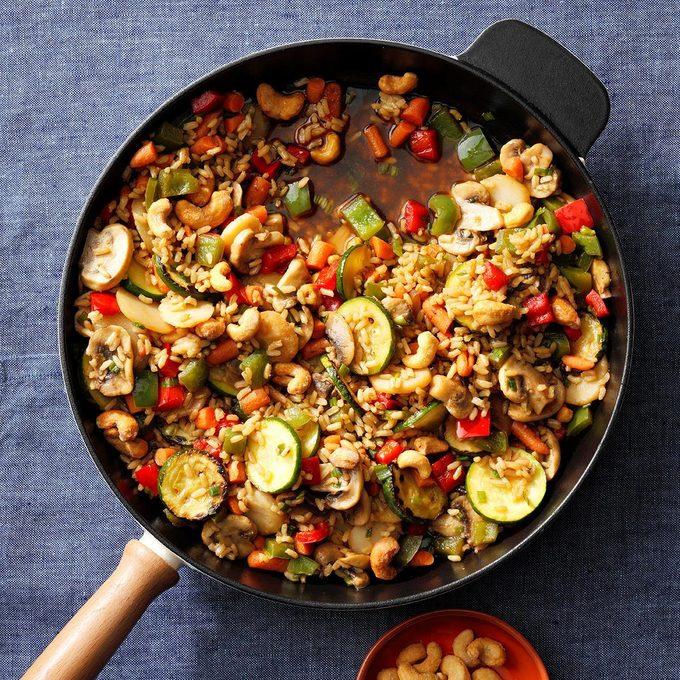 Veggie Cashew Stir Fry Exps Thfm19 133126 E09 28 7b