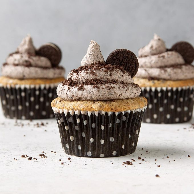 Oreo Cupcakes With Cookies And Cream Frosting Exps Ft19 247265 F 1203 1 3