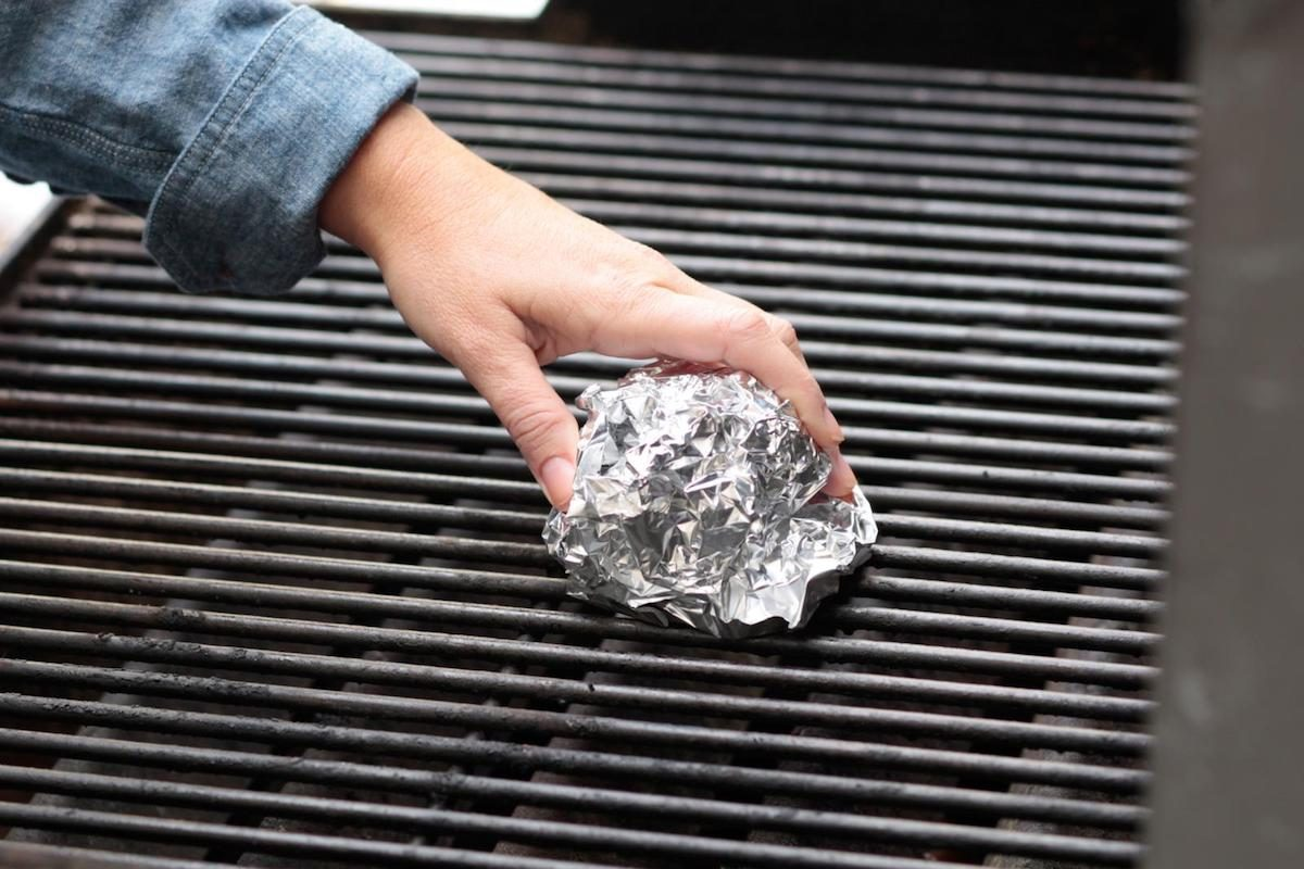 Cleaning grill with aluminum foil